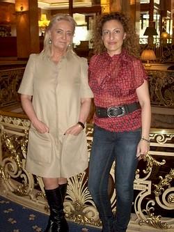 Saray Schaetzler con Carmen Torres Ripa durante la entrevista